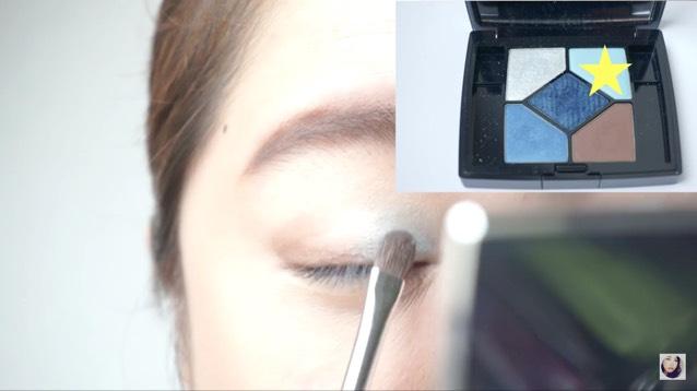縦割りのアイシャドウにしたいので目の半分だけ明るくブルーをのせます。