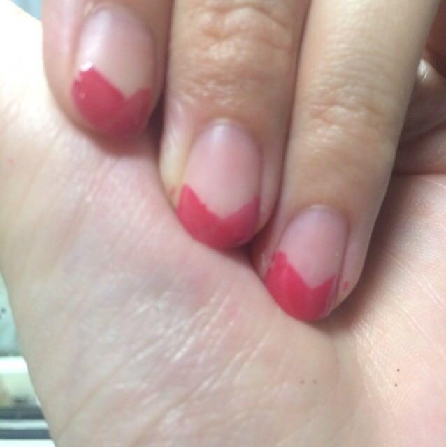 ②爪の先のほうにピンクのマニュキュアでハートを描く!今回は人差し指、中指、薬指にやりました!