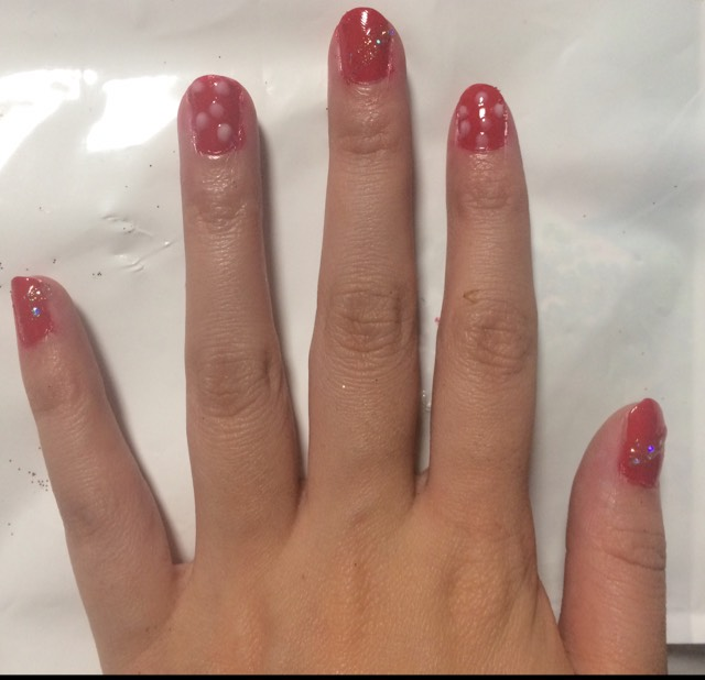 ③ドットを描いてない爪に金のマニュキュアで斜めのラインを描く!今回は親指、中指、小指にやりました!