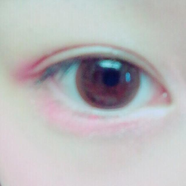 目尻と涙袋に赤ピンクのアイシャドウを塗ります