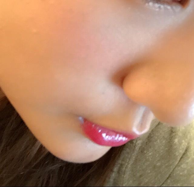 唇は赤の口紅とオレンジのリップグロスでぷっくり唇をつくる