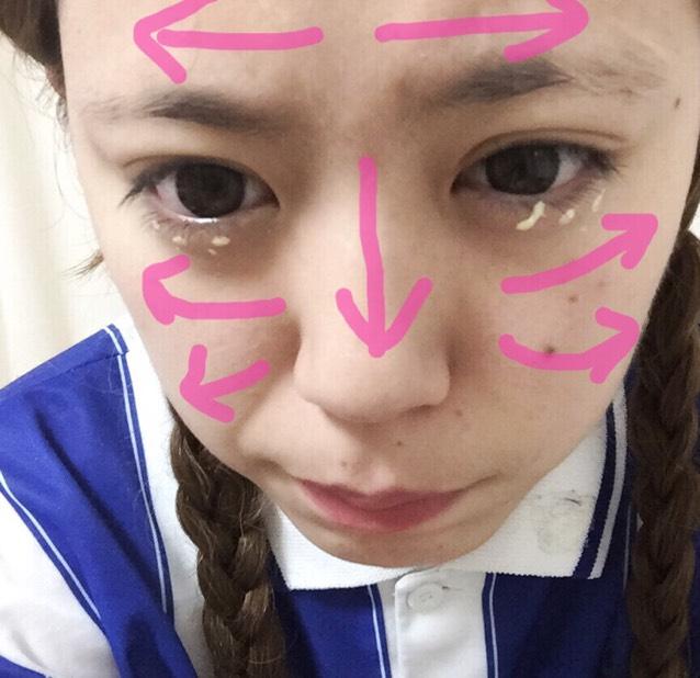 ①洗顔して化粧水→乳液 ②ピンクのやじるに沿ってふわっとのCCクリームを顔に塗る。 ③目の下にくま消しのコンシーラーを塗る ④角のあるスポンジで全体をおして馴染ませて、余分なクリームをオフする。 ⑤パウダーを全体的にのせる