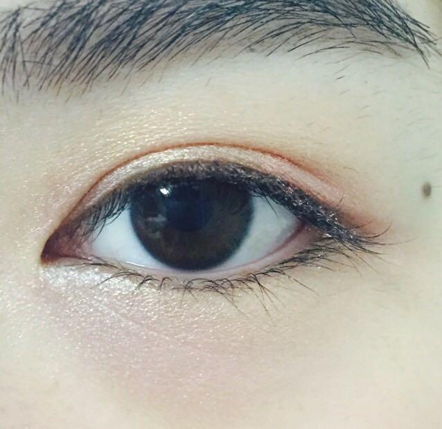 下瞼全体にマジョリカマジョルカ/シャドーカスタマイズBE286を広げる