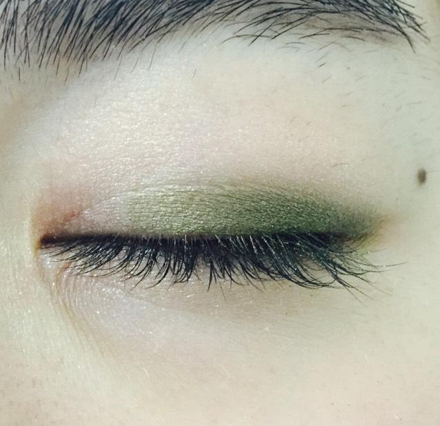 目尻から黒目の上までグリーンを二重幅に