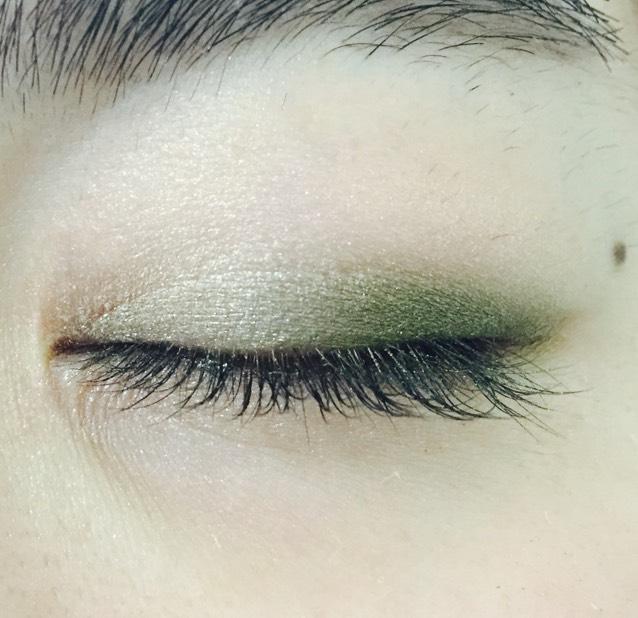 目頭から黒目の上までゴールドを二重幅に 黒目の上で重ねる