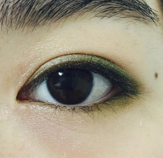 下瞼の目尻三分の一にカーキ