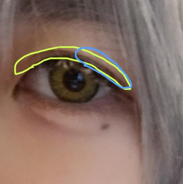 二重幅(画像の黄緑の辺り)に薄めのブラウンを塗ってから、目尻(水色の辺り)に濃いブラウンを馴染ませます。 色素が薄いイメージなので下まぶたには乗せません。