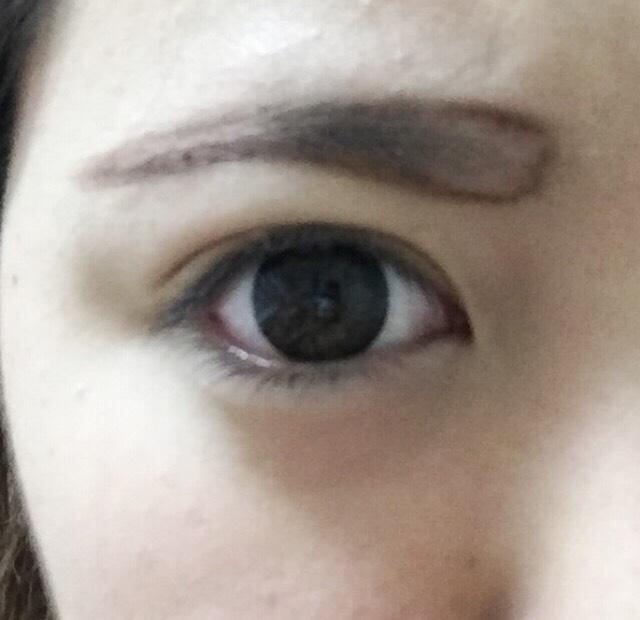 眉毛をかく。今回は太眉なので、太めに。 眉毛の上はいつもより少しだけ、下の部分を気持ち多めにスペースとる。(目と眉が近いとハーフっぽくなる)