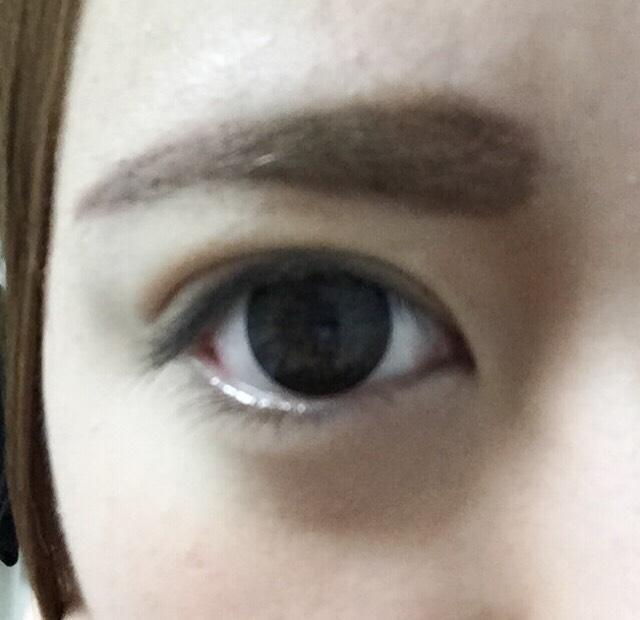 眉マスカラを2度塗りで明るさをだす。