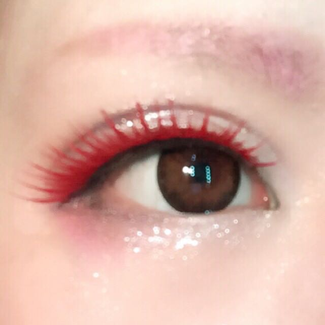同じく金まつげをポスカ(ラメ入りのピンクのペン)で塗ったものを目尻側にズラして付けて目幅を稼ぎつつ垂れ目に見せる(ラメ入りでキラキラするし、赤だけだと濃すぎてメイクに馴染まないので)