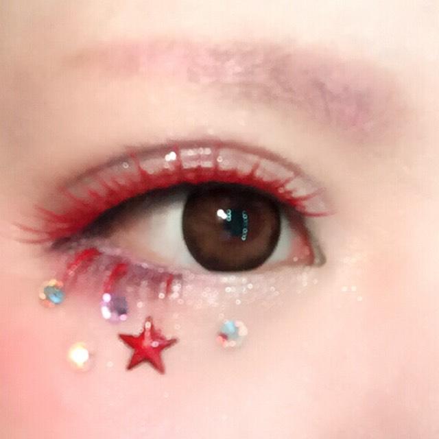 ベビー綿棒や爪楊枝等、細い物に赤いマニキュアを取り、目に入らぬよう注意しながら下まつ毛3束くらいに付けアクセントを。 目のすぐ下にチークを濃く乗せてから好みのラインストーンを付ける