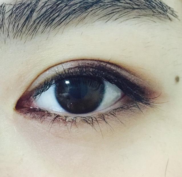 目頭から黒目に届かないくらいまで、同じアイライナーで引く