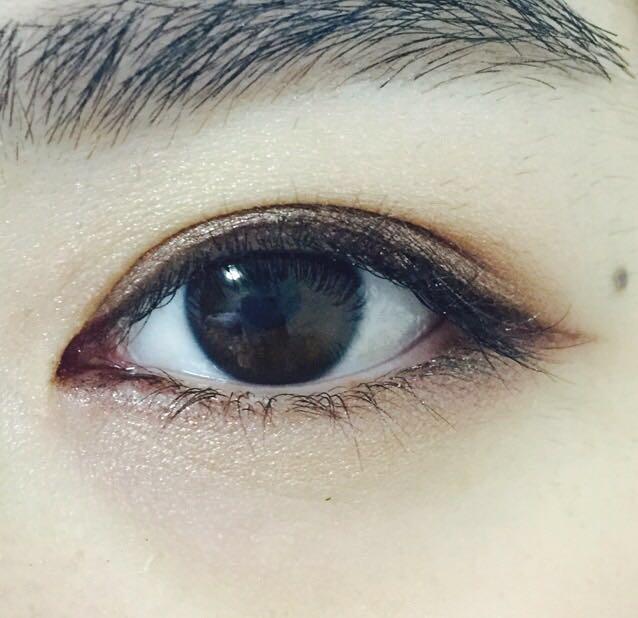 下瞼は黒目の下を中心にL.A COLORS/ゴールドを広げる