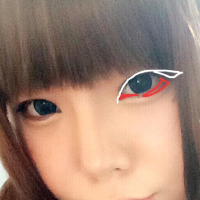 白い線を ライナーで細く塗る 目頭切開を小さくちょんっとのせる程度に引き 目尻は1センチほどオーバーラインでひく  赤い線は ブラウンシャドーでぼかしをいれます 濃すぎると不自然になるので薄く軽くぼかす程度でいいです