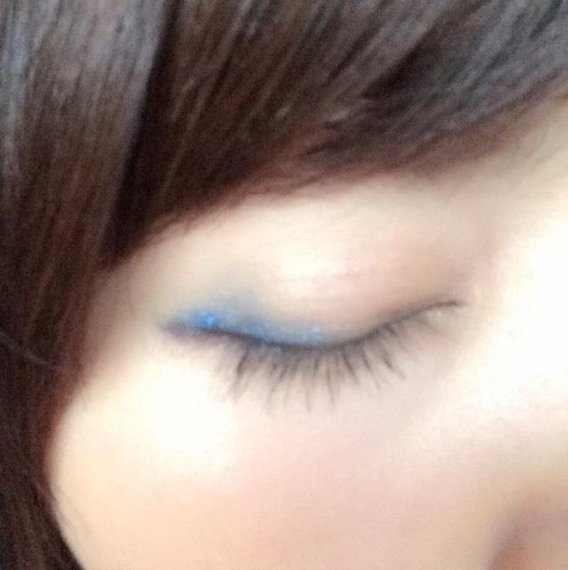 目を瞑るとこんな感じ。ブルーは100均のペンシルシャドウです。