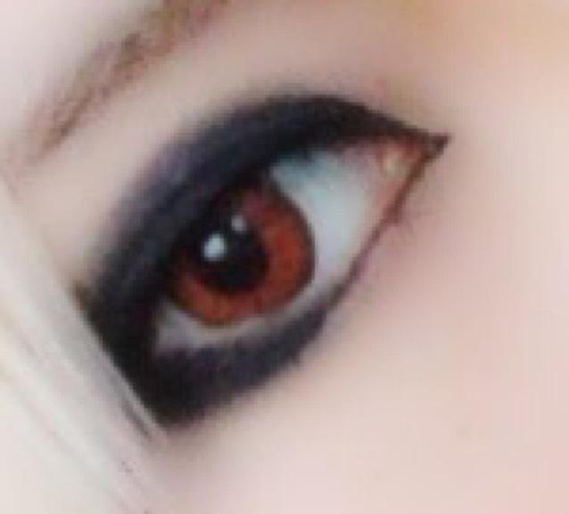 囲み終わったら上瞼のラインの淵を黒いシャドーでぼかして馴染ませます。 下のラインは目尻のみ馴染ませて下さい。