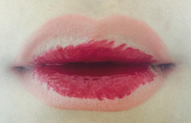 唇の内側を中心にルージュをのせる