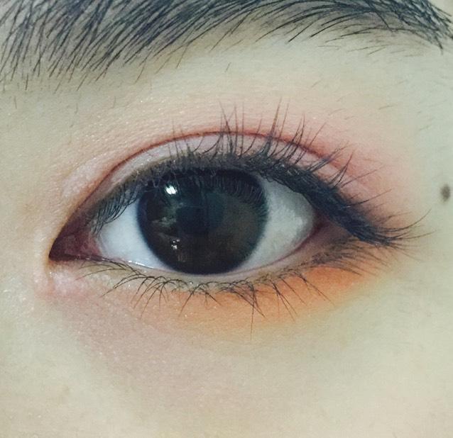 下瞼の目尻から黒目の下までオレンジ
