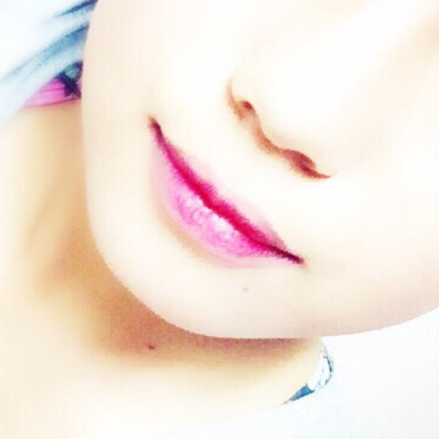 口紅はまず指で軽く全体にポンポン乗せる感じでうすーく全体に そしたら唇の内側に濃く直接ぬってグラデをつくる