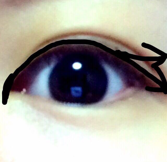 目頭に切開メイクして、(私は2mmほど)二重の幅半分よりやや少なめにラインをひいていますが、瞼の肉が薄い方はいつも通りにひいていただければと。 矢印の方向ですが、タレ目のときは下方向に引いてますが、基本は目尻の端から真横に曲線を描きながら太めです。