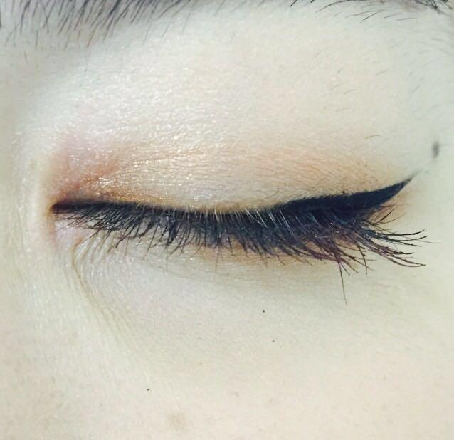 (アイシャドウの図は省略)  アイホール全体にベージュ、二重幅にブラウン  目尻側の黒目からラインを引く