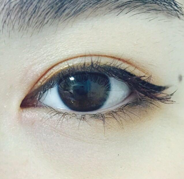 (アイシャドウの図は省略)  下瞼の目尻にブラウン  目頭より上になるようにラインを引く
