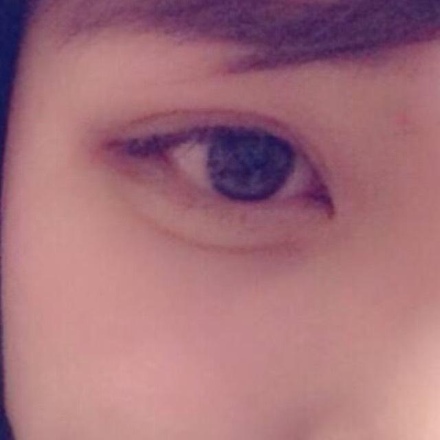 涙袋を強調させて目の幅を広げる。アイラインはながす。