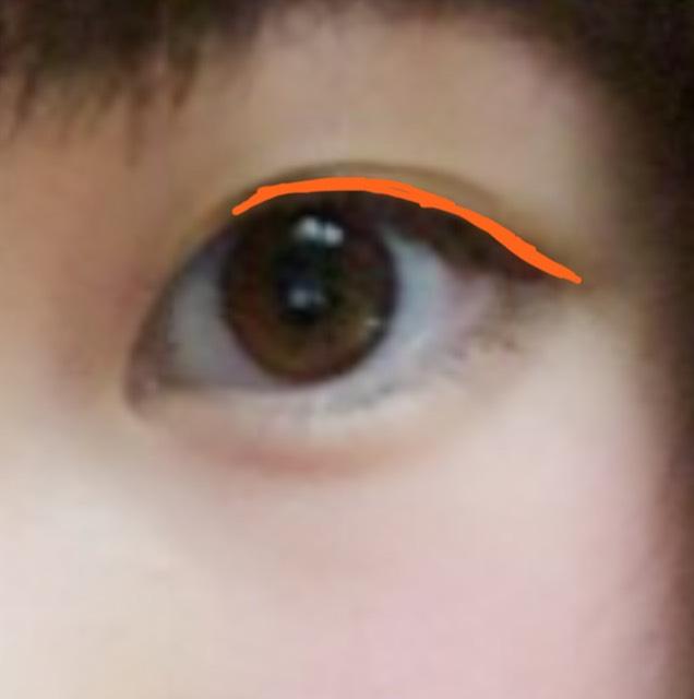 KATEのアイライナーで黒目の上から目尻5ミリはみ出るぐらいまでアイラインを引きます。 黒目の上太めです。