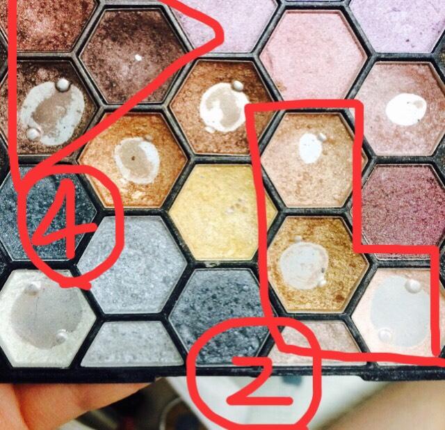 目に書いた番号と同じ番号が今回使っている色です。私の場合は、チップではなくシャドウ用のブラシで混ぜて使ってます。