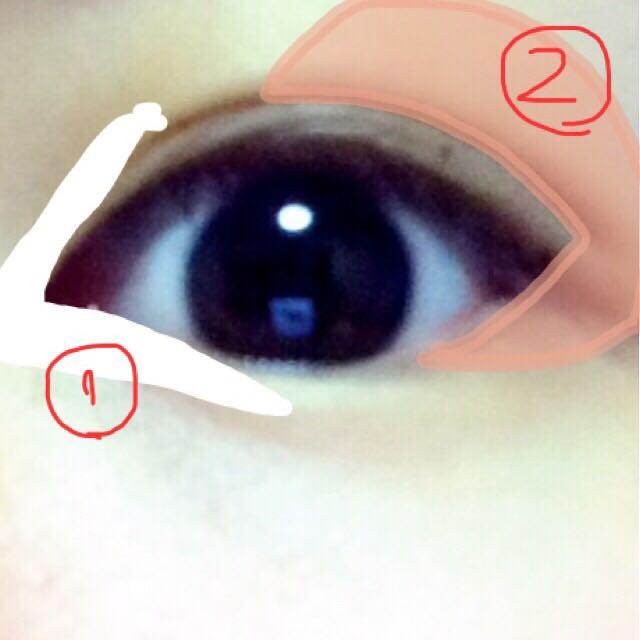①.ハイライトはキャンメイクのものです。白であればなんでも← ②.上にあるパレット画像の②の部分を使います。混ぜてうすーく目の真ん中から広範囲にかけて、下地のような役割です。
