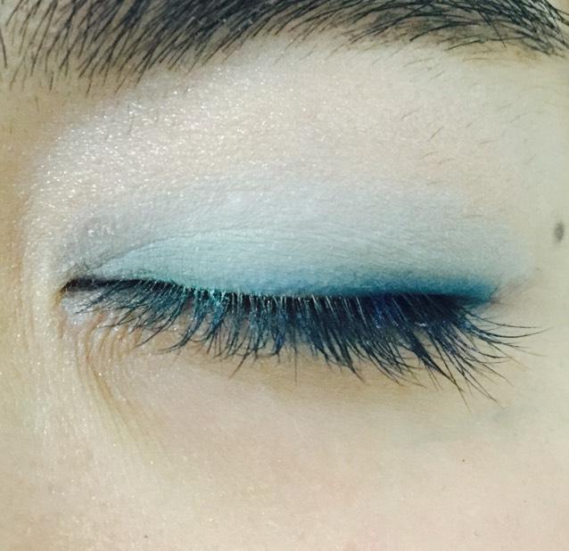 目尻から黒目の上まで青のシャドウ