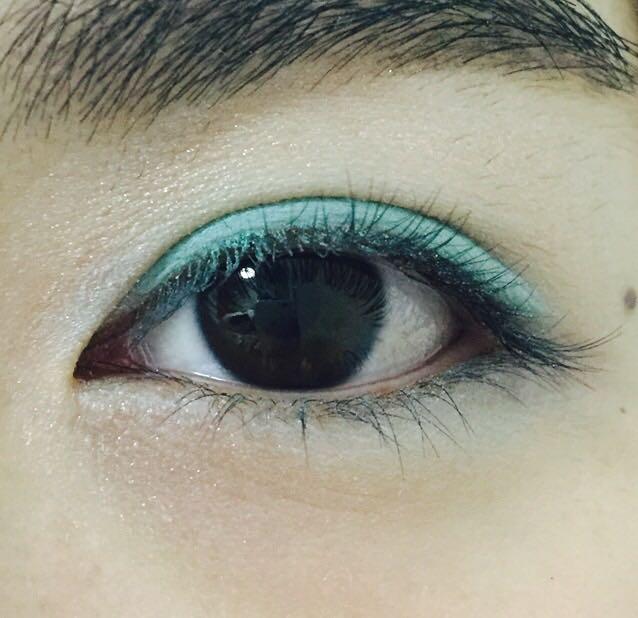 二重幅に青みがかった緑のシャドウ