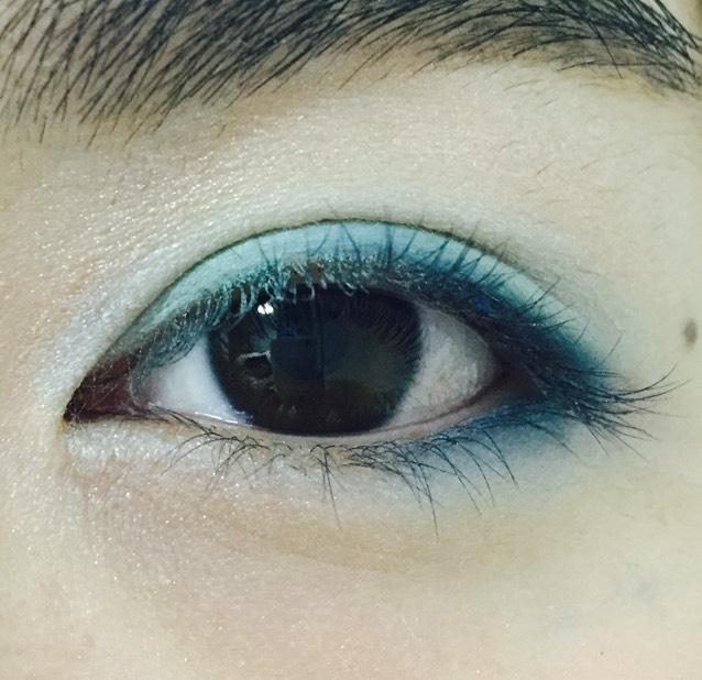 下瞼の目尻から黒目の端まで青のシャドウ