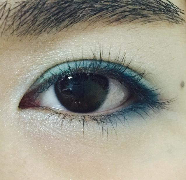 下瞼の目頭から黒目の下までホワイトのシャドウ