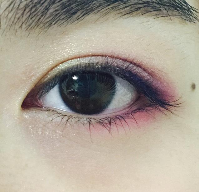 下瞼の目尻から黒目の下までピンク