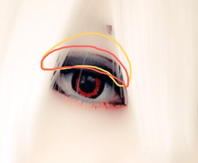 アイホール全体にパール系の白のシャドーをのせ、馴染ませるように茶色のシャドーをオレンジの枠内にのせます。
