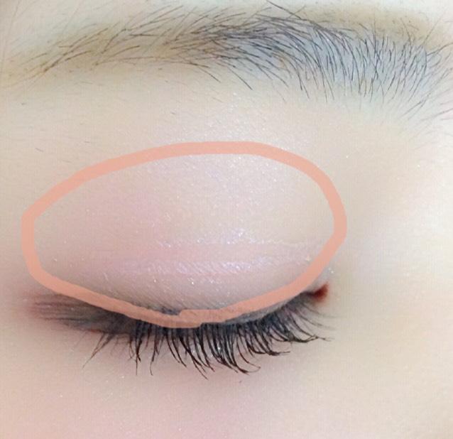眉は平行に少し太めに描く。 アイホールに薄いピンクを