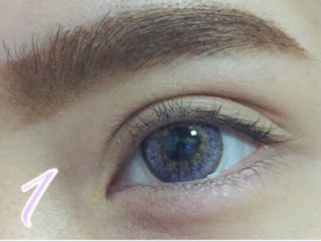 カラコンは紫です。  二重をできるだけ開く広げます。 眉は太くかきます。