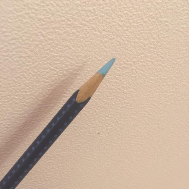 好きな色の色鉛筆の先を水で30秒ぬらし、ラインをかくときて同様にラインを引いていきます。