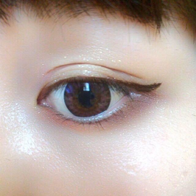 リキッドアイライナーで目尻太めのはね上げラインをひき、下瞼は目尻側3分の1に濃い茶色のアイシャドウをのせる。