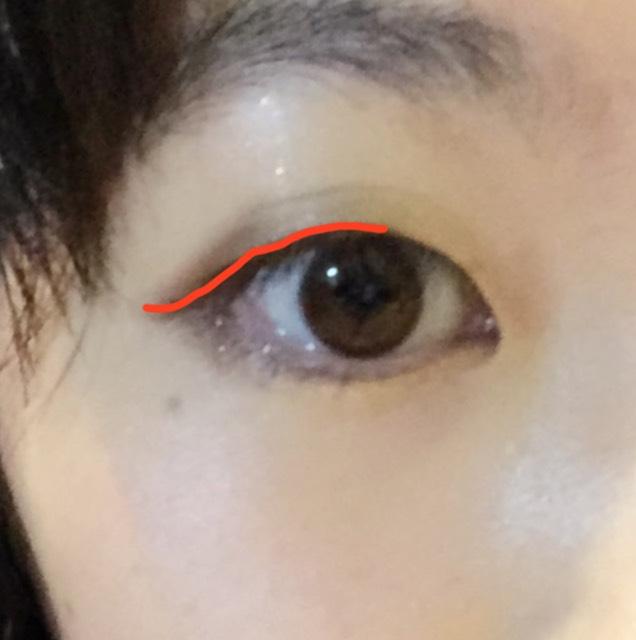 画像のように黒目の上辺りから、目尻のアイシャドウの跳ね上げに沿うようにKATEのアイライナーでラインを引いていきます。