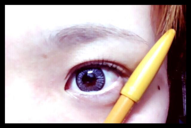 小鼻と白目の延長線のところを眉尻にします