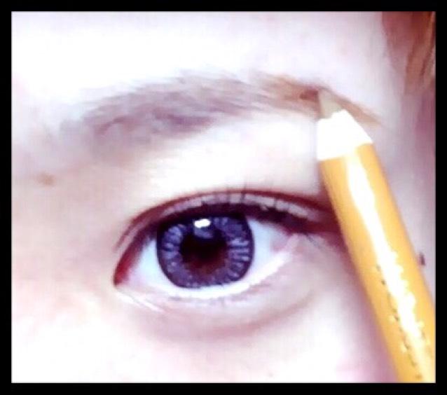 黒目の端から目尻の間に眉山を決めて書きます