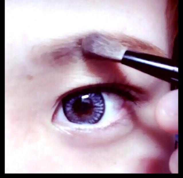 眉頭から眉山をまでをパウダーで眉毛の隙間を埋めます