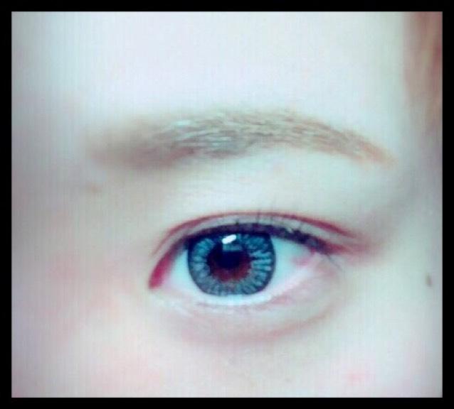 後は眉マスカラで色をつけます