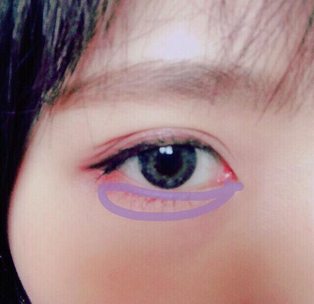 ホワイトを下瞼にぬる。