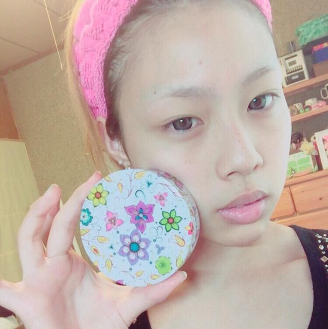 韓国の美白クリームを塗って肌を白くします! 不自然じゃなく、自然にワントーン明るくなるのでオススメです! 私は全身に塗ってます笑