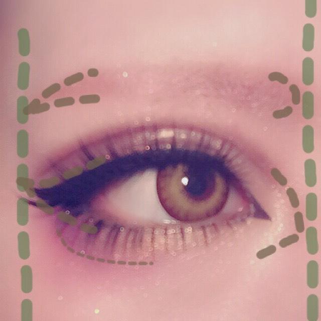 眉は平行になる様意識して、長さはアイメイクの横幅と大体同じになる様ペンシルで描いたらピンクシャドーを重ねて色合いを合わせる 涙袋を強調させるため、下瞼目尻側(画像の目の下の細い点線の様)にアイブロウで影を付ける。