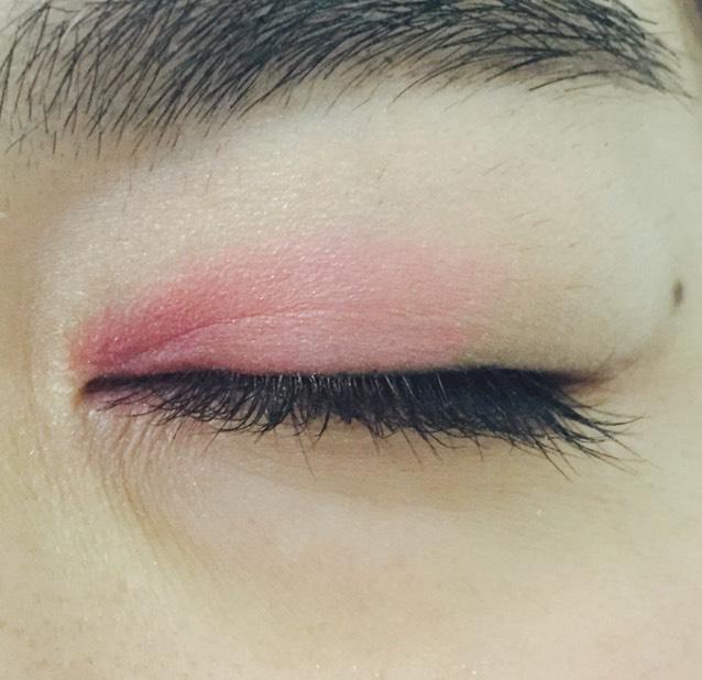 目頭から黒目の上までピンク