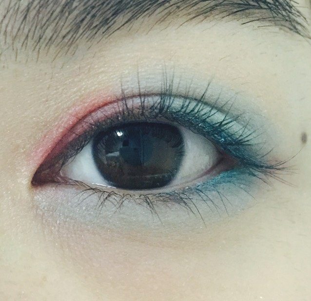 下瞼全体にライトブルー